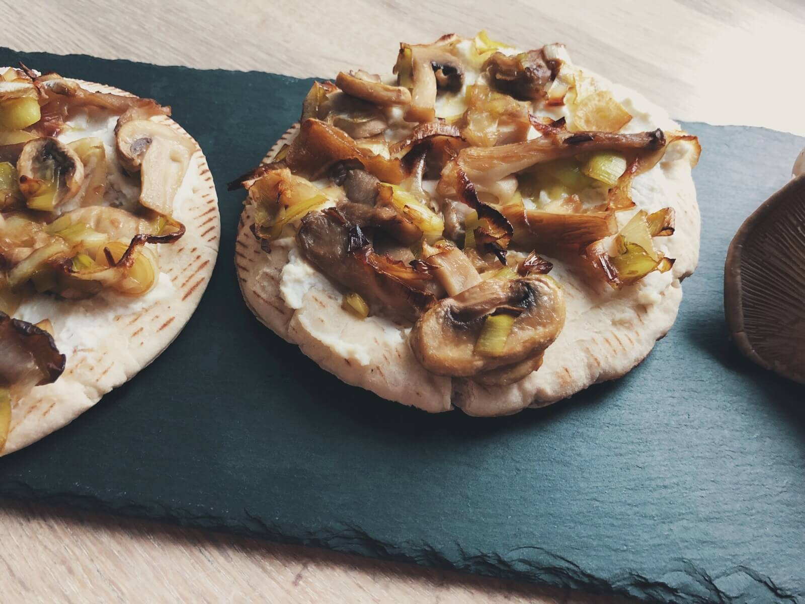 pita-pizza med svampe og porre
