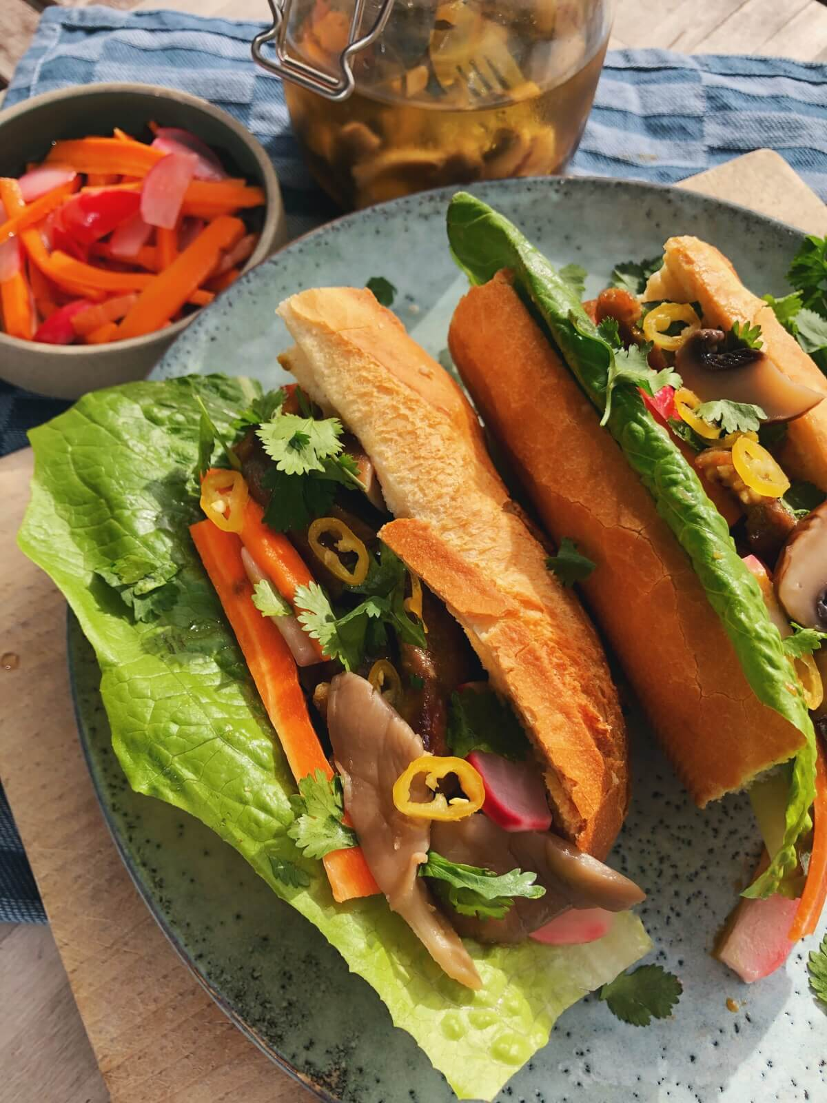 Banh mi sandwich med syltede svampe ingredienser