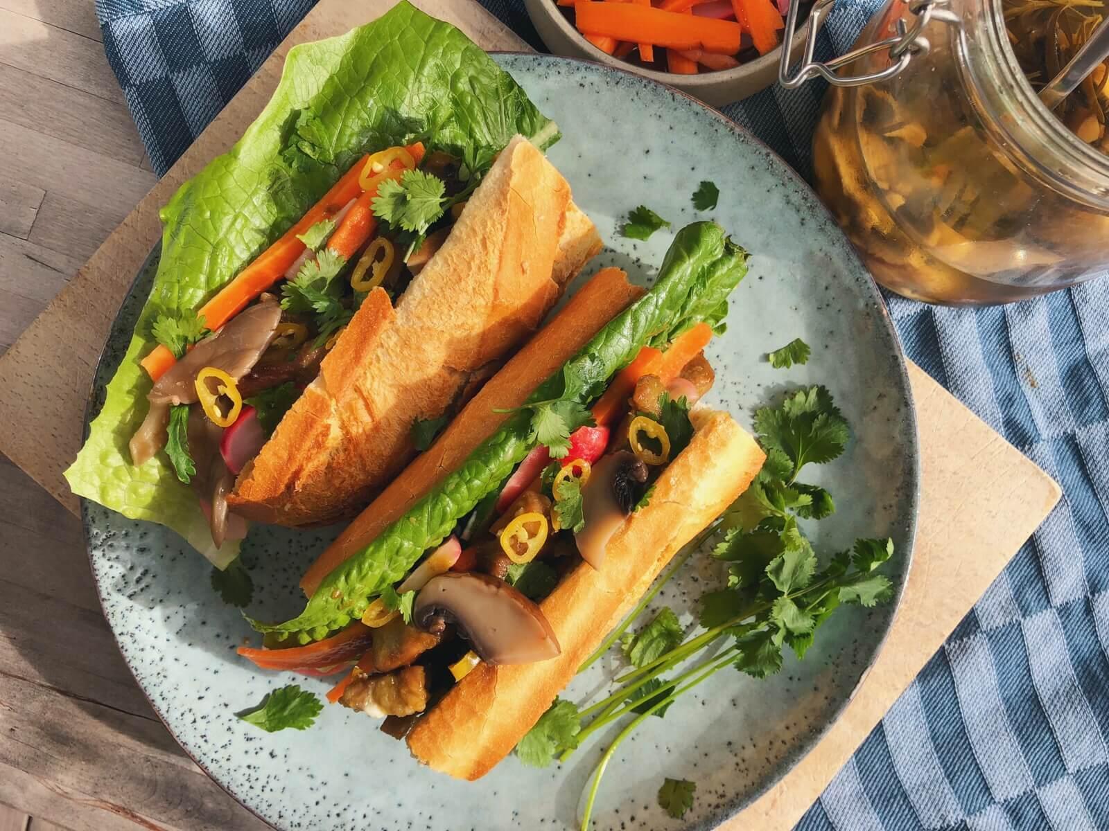 Banh mi sandwich med syltede svampe