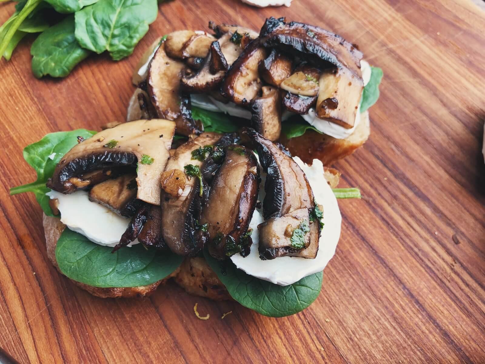 svampetoast med gedeost og spinat opskrift