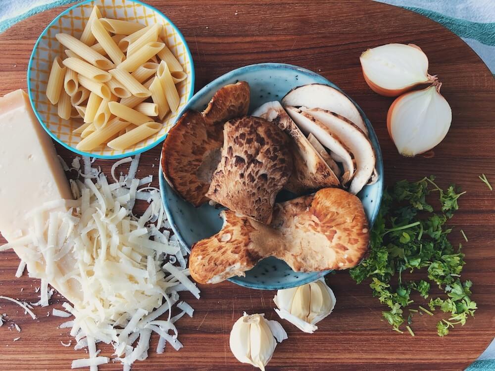 Pasta med Skællet Stilkporesvamp og parmesan ingredienser