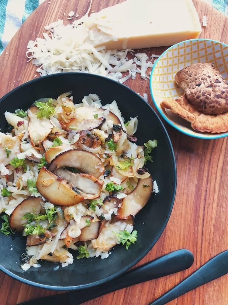 Pasta med Skællet Stilkporesvamp og parmesan opskrift