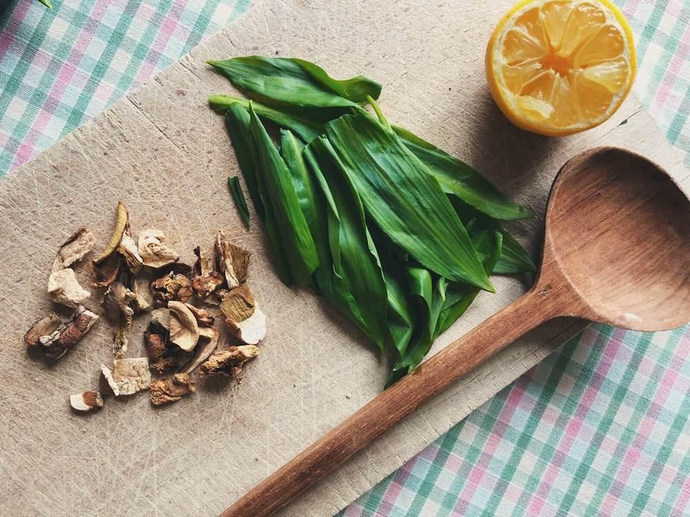 Svampetoast med Karl Johan og ramsløg ingredienser