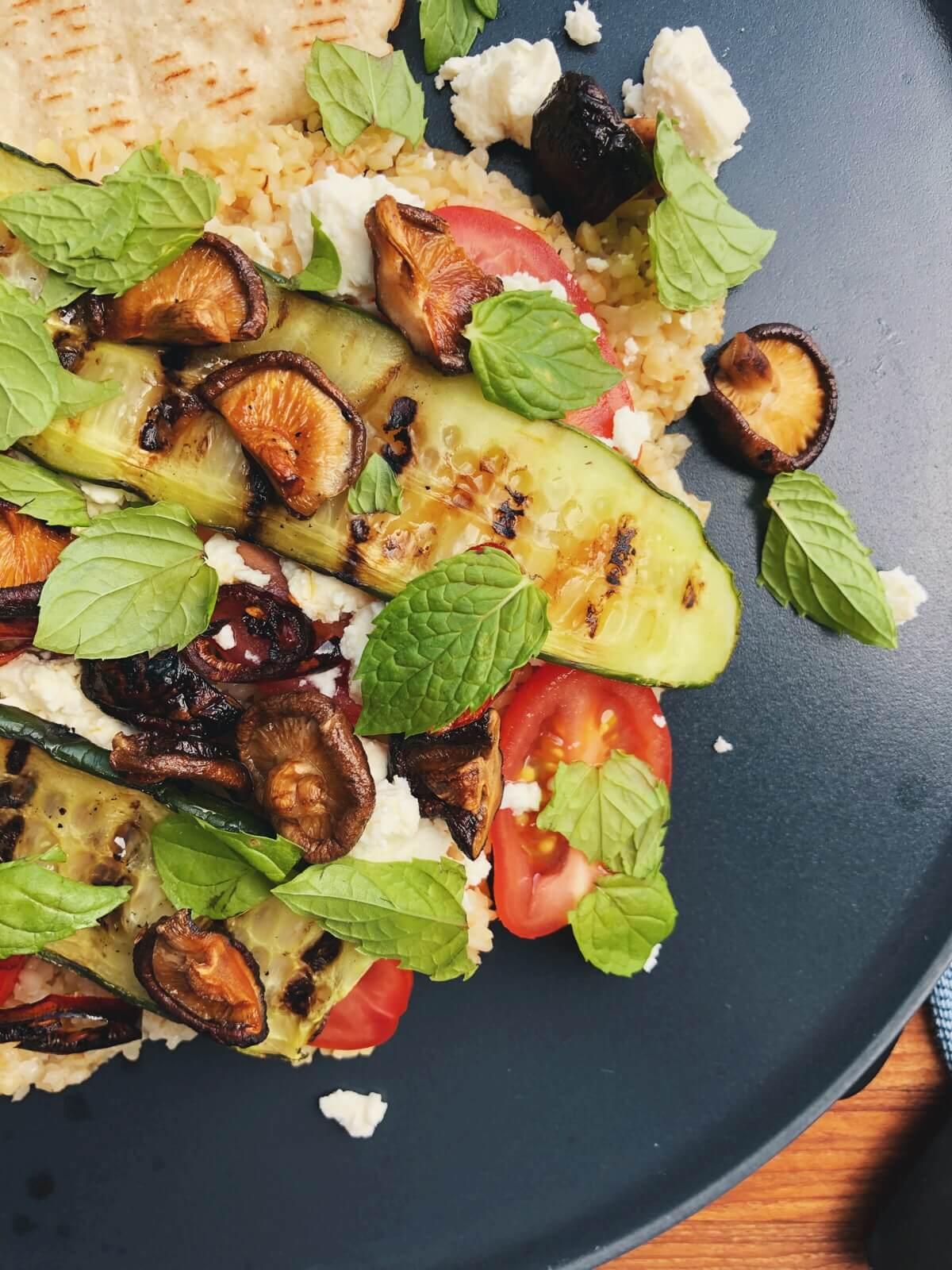 Bulgursalat med shiitake, tomat og feta opskrift