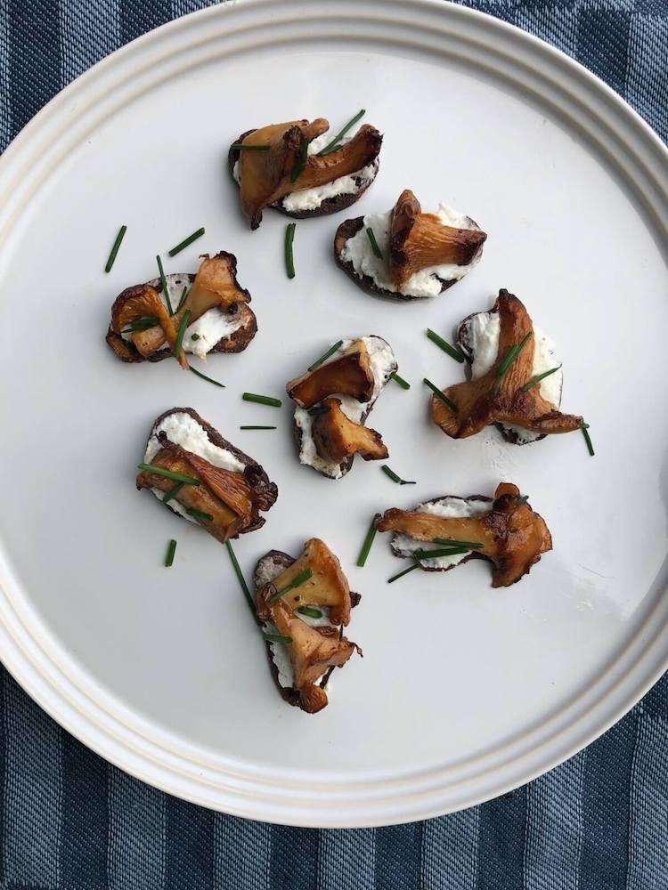 Ristet rugbrød med kantareller og peberrodscreme ingredienser