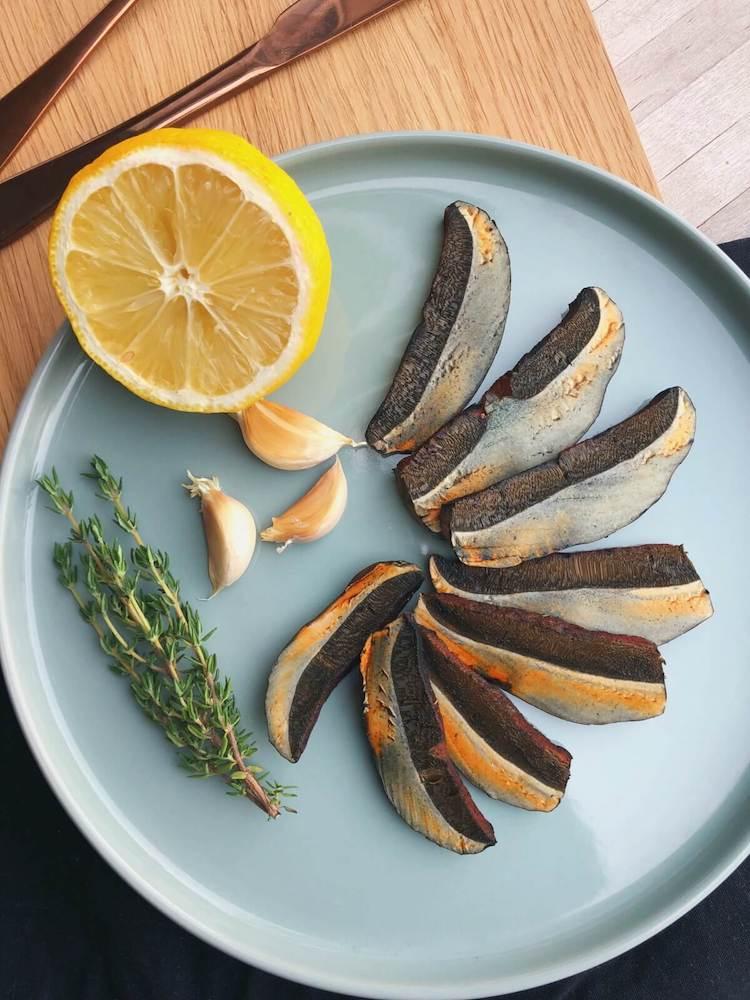 Flødestuvet indigo-rørhat på brød ingredienser